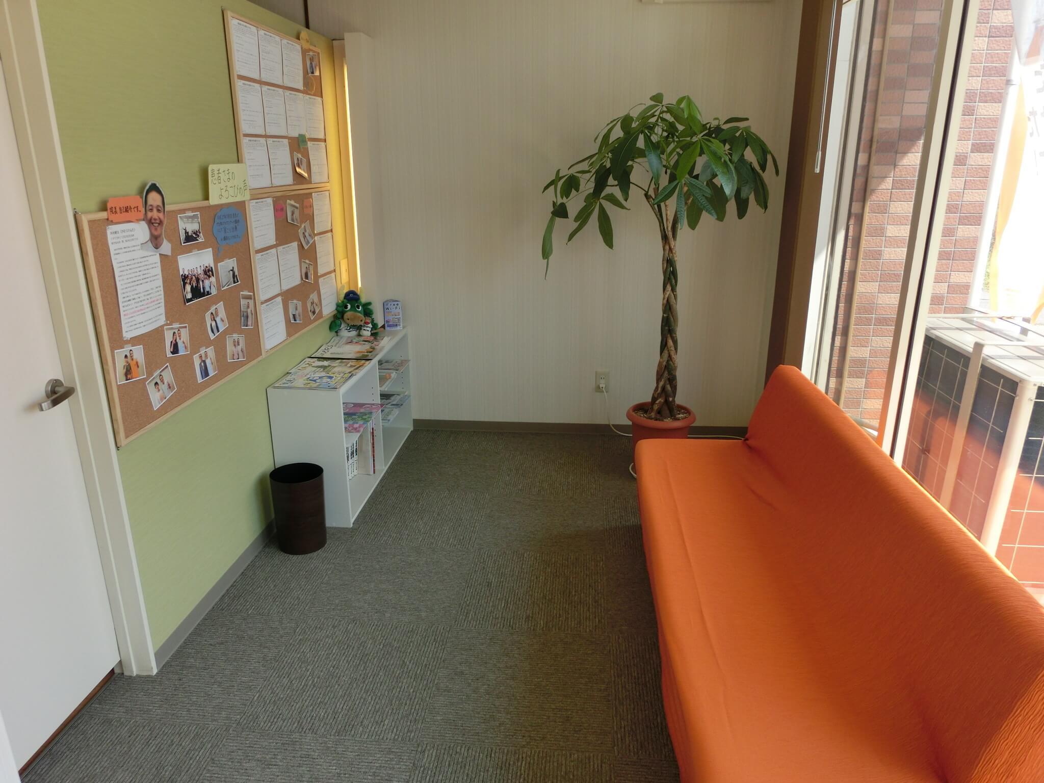 待合室には掲示板やソファがあります